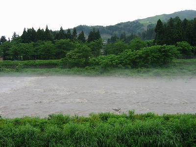 昨晩の雨で増水した新潟県南魚沼市の水無川