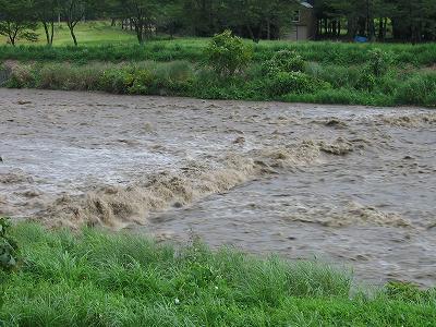 昨日の夕方、水無川は激しい濁流になっていました