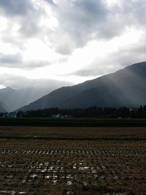 雲の隙間から朝日が射して、青空も見えてきました