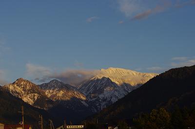 山の上には初雪が積もり、冬の風景に変わっています