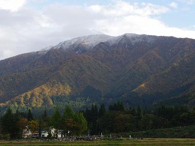 山の頂上に雪が降って、また白くなりました