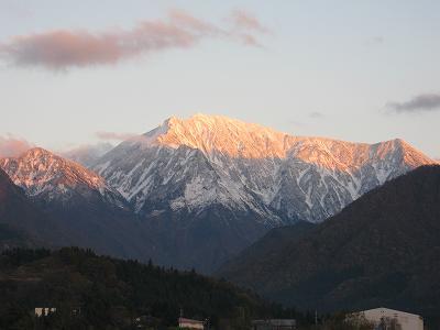 雪化粧した駒ケ岳が夕日を浴びてかがやいていました
