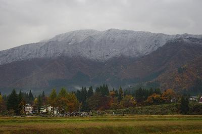 目の前の山の雪化粧もかなり下まできています