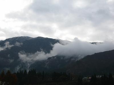 山の頂上がほんのちょっとだけ白く雪化粧しています