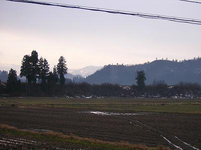 今朝はくもりで冷え込んでいます@魚沼産コシヒカリの田んぼ