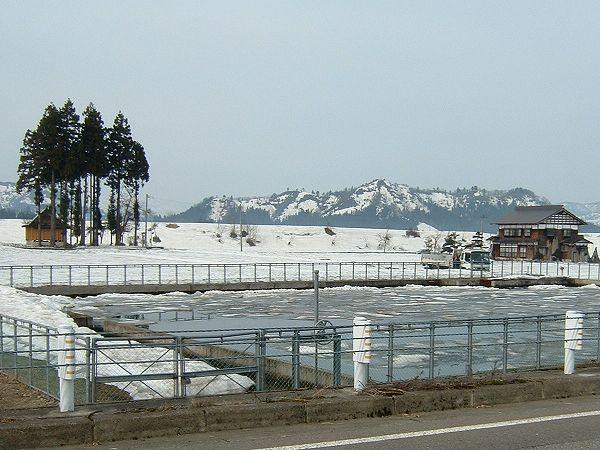 稲作に備えて田んぼの脇の溜め池に水が張られました by FinePix A203