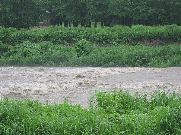 水無川が増水して流れが激しくなっています