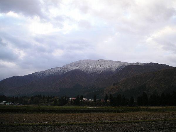 手前の山も初冠雪で、冬はすぐそこに来ています