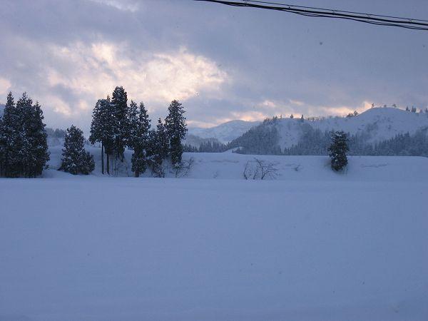 雪が止んで少し青空がのぞいています