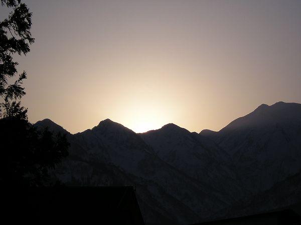 朝日が昇る直前の稜線 新潟県南魚沼市