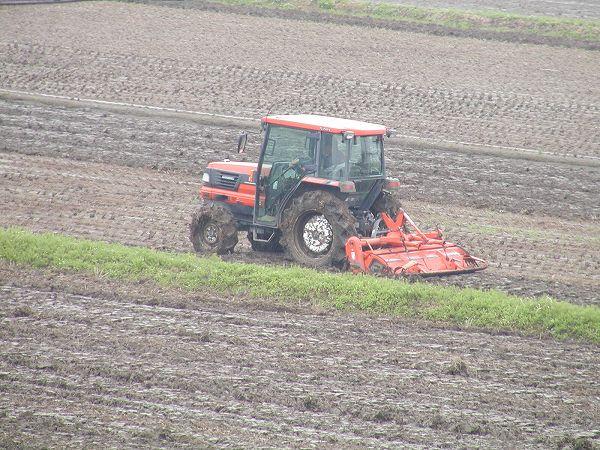 トラクターによる田起こし作業