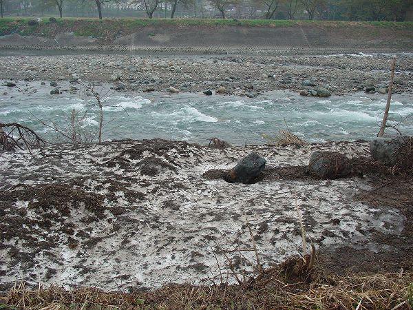 水無川の土手にはダンプが運び込んだ雪がまだたくさん残っています