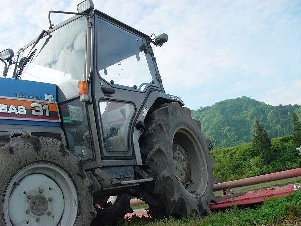 田んぼの脇のトラクター