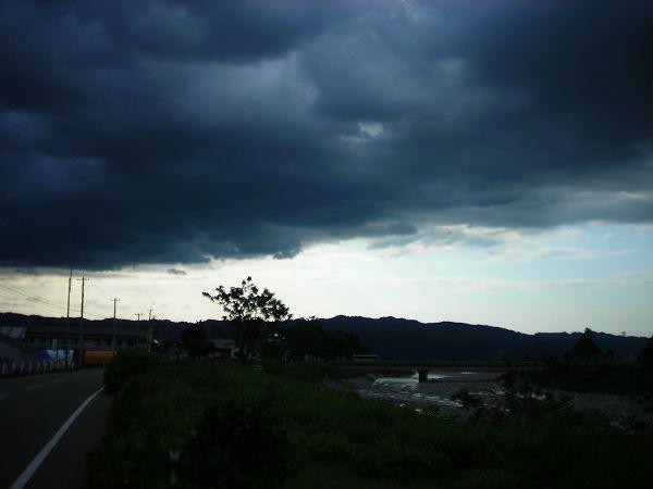 雨が降り出しそうな雲行きの空