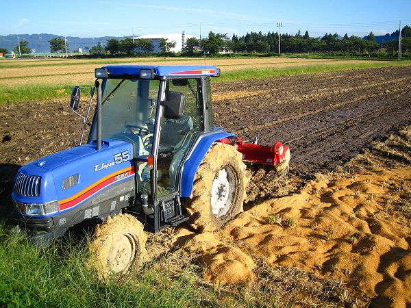 田んぼでは来年の稲作に向けての作業が行われています