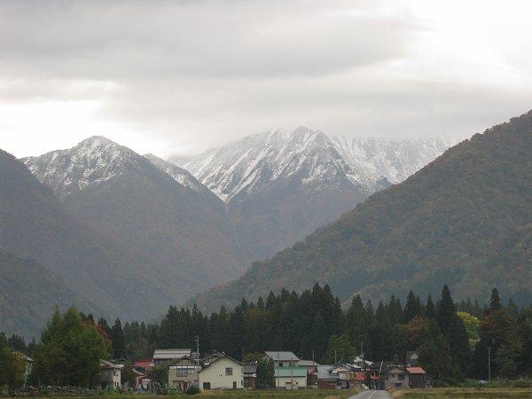 駒ケ岳の中腹まで白くなっています