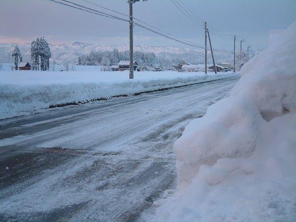 厳しい冷え込みで道路が凍っています