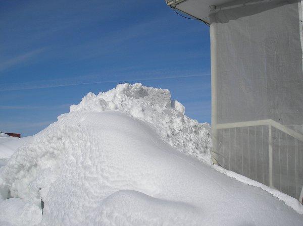 あたたかさで屋根に積もった雪が落ちています