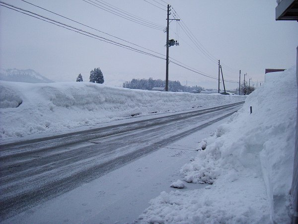 道路にうっすらと積もった雪