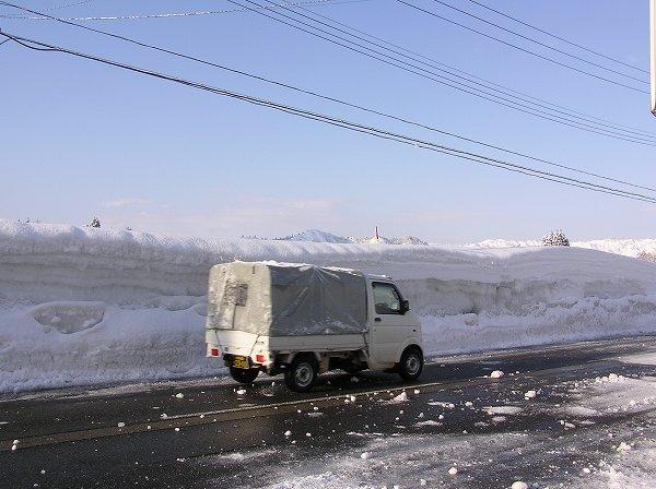大雪で道路脇の雪の壁がかなり高くなっています