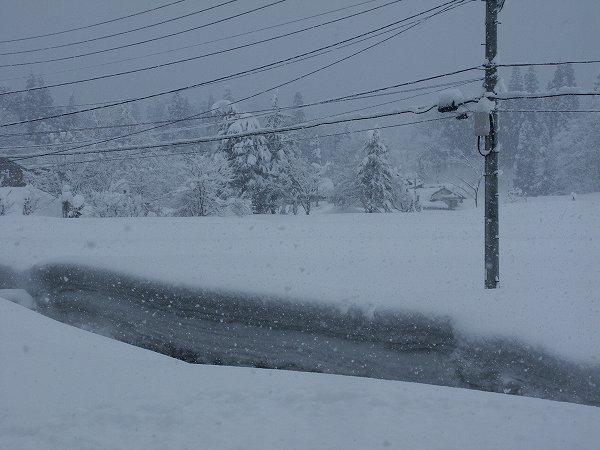 道路脇の雪の壁が高くなり、窓から道路が見えなくなっています