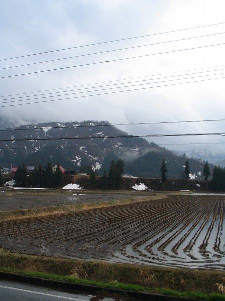 連休初日の新潟県南魚沼市は雨降りで気温が低いです