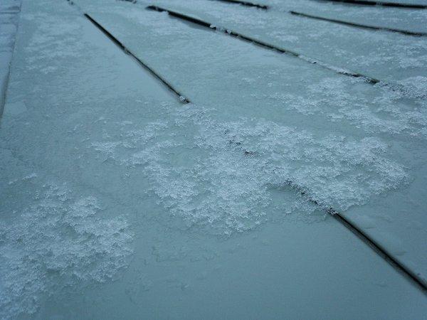 雪は屋根に少し積もる程度でした