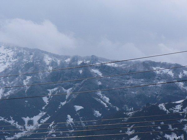 手前の山は上の方が白くなっています