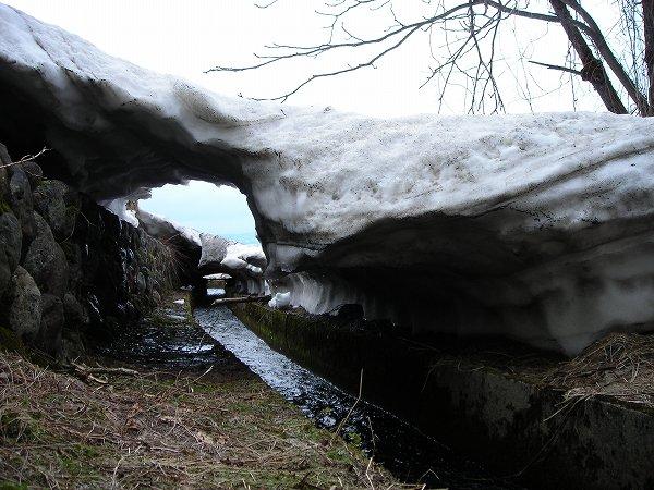 用水路を覆っていた雪も残りわずか