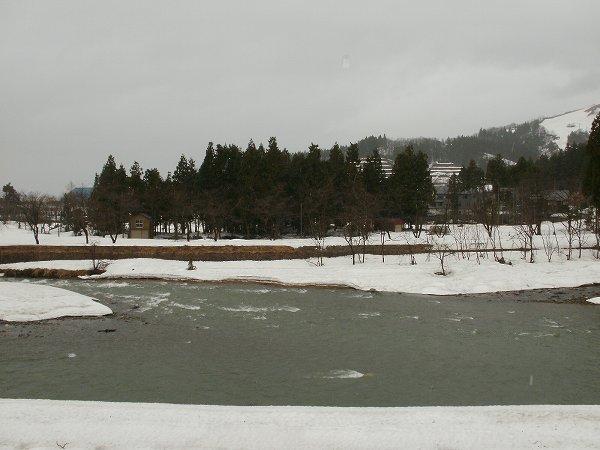 田んぼの脇を流れる水無川では水量が増えています