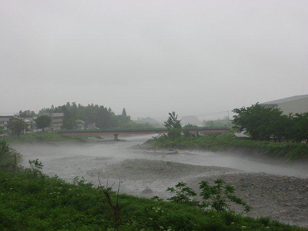 水無川から水蒸気が上がっています