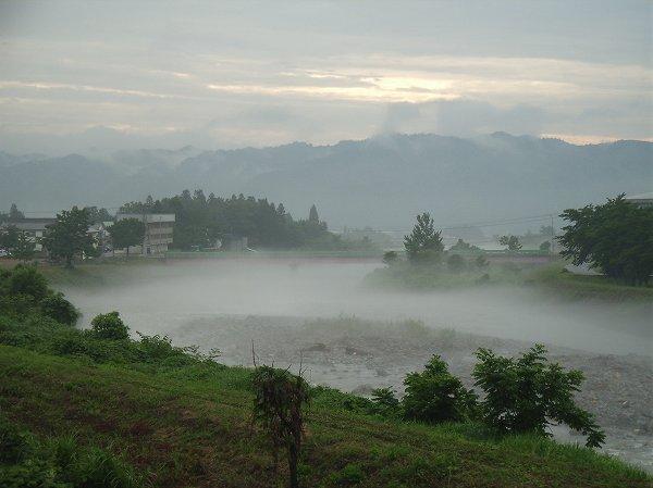今日も水無川の水面には川霧が立ち込めています