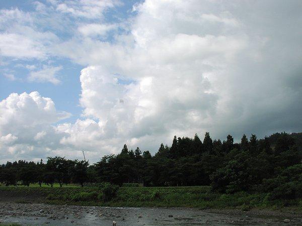 雨上がりの空に青空が見えています - 魚沼産コシヒカリの田んぼ@新潟県南魚沼市