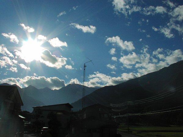 まぶしい朝日が心地よく感じる季節になりました - 魚沼産コシヒカリの田んぼ@新潟県南魚沼市