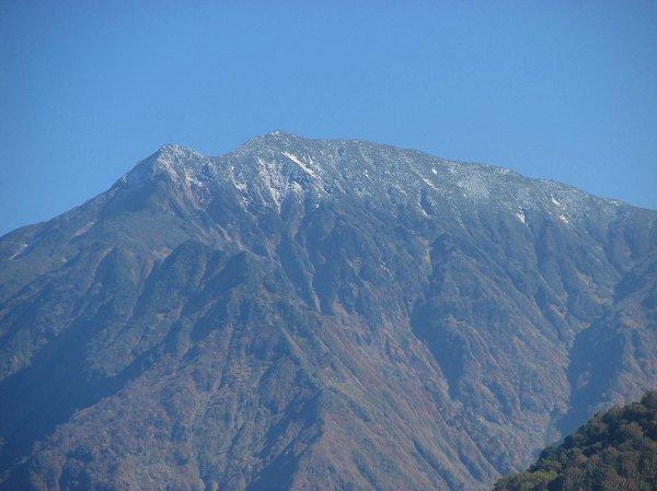 駒ケ岳の山頂付近がまた白くなっています