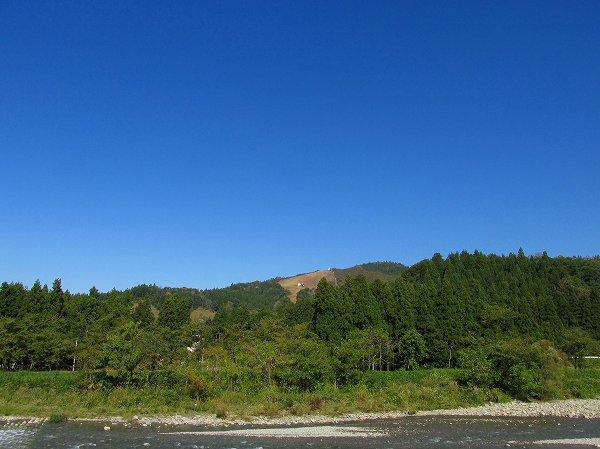 水無川と秋晴れの空