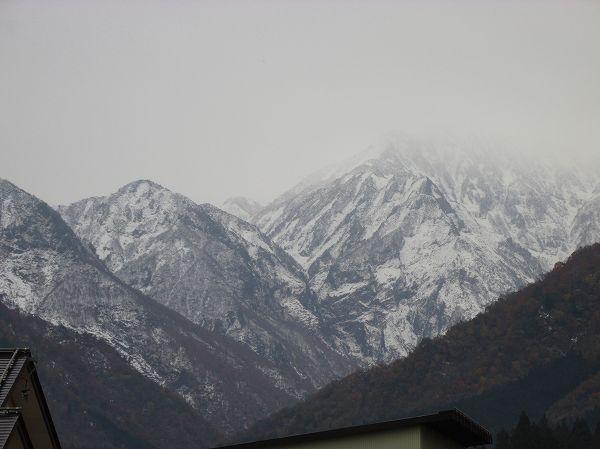 真っ白だった駒ケ岳も山肌が見えてきました