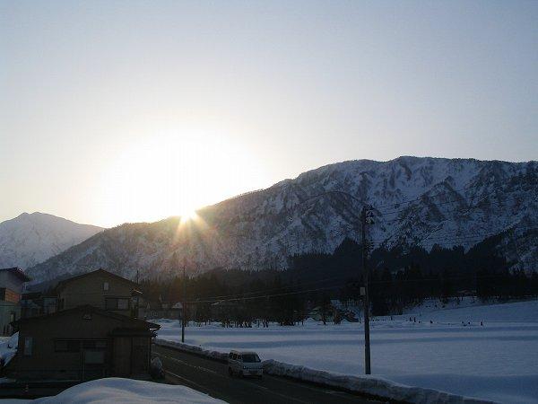 澄んだ空の向こうからまぶしい朝日が昇ってきました