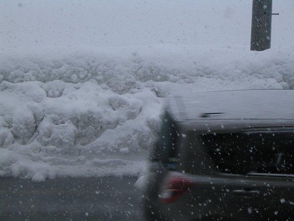 道路脇の雪の壁が高くなっています