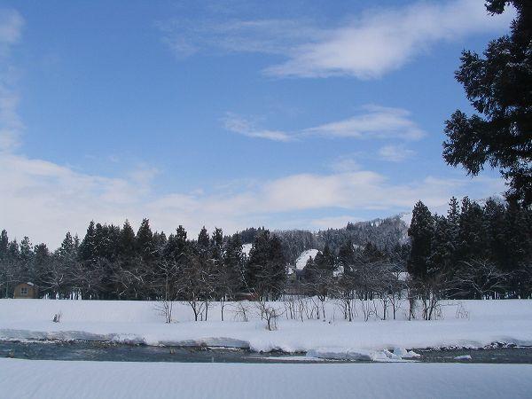 雪が止んで青空が見えています