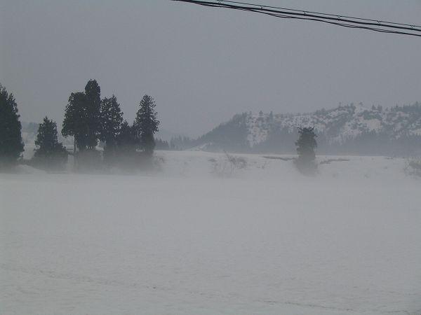 新潟県南魚沼市は雨降りで、雪解けが進んでいます