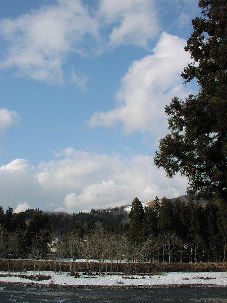 夕方が近づくにつれて天気が回復して青空が見えるようになっています