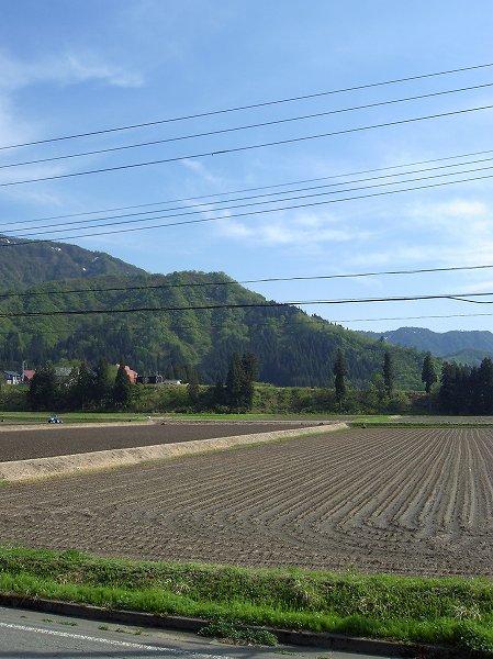 新潟県南魚沼市はいい天気で農作業日和です