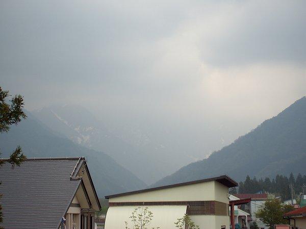 水無渓谷が暗い雲に覆われてきました