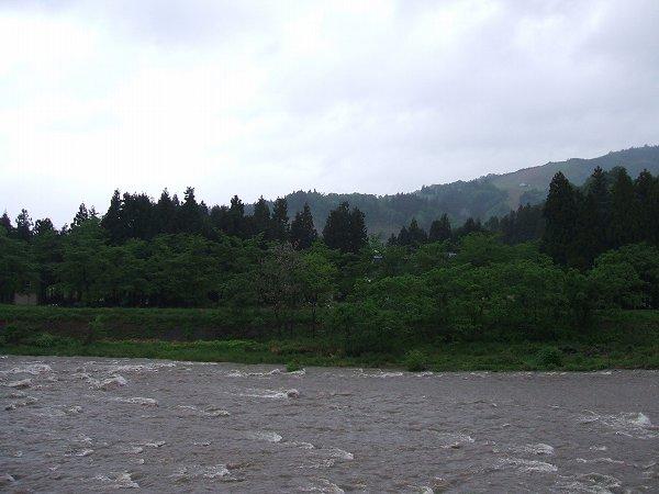 水無川では雨のために水量が増えています