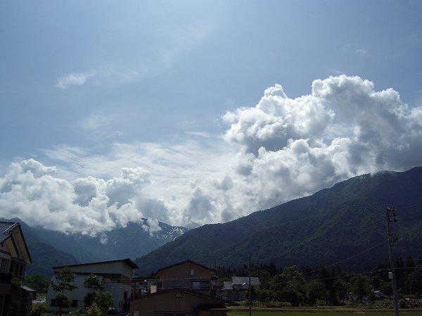 山の上の雲を見ると、もうすっかり夏になったようなかんじがします