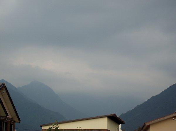 魚沼産コシヒカリの田んぼの空は今にも雨が降り出しそうな雲行きです