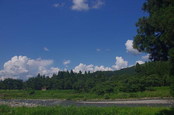 新潟県南魚沼市は気持ちのいい秋晴れの青空が広がっています