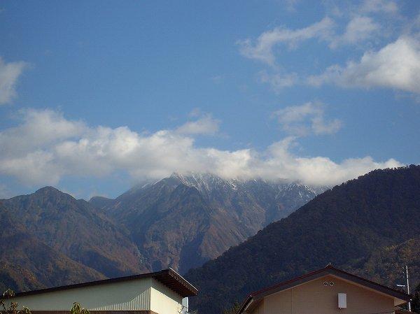 駒ケ岳の山頂付近に積もった初雪が徐々に消えてきました