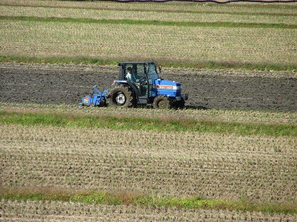 来年の稲作に向けてのトラクターによる作業